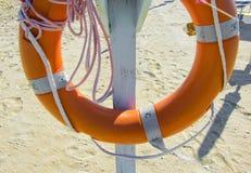 Cuerda de salvamento en la playa fotos de archivo