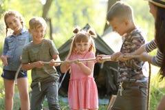 Cuerda de tracción de los pequeños niños al aire libre Imagen de archivo libre de regalías