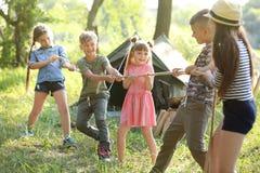 Cuerda de tracción de los pequeños niños al aire libre Foto de archivo