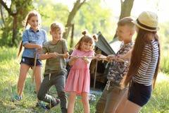 Cuerda de tracción de los pequeños niños al aire libre Fotografía de archivo