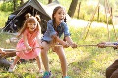 Cuerda de tracción de los pequeños niños al aire libre Fotos de archivo libres de regalías