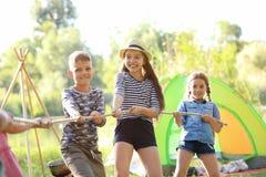 Cuerda de tracción de los pequeños niños al aire libre Fotografía de archivo libre de regalías