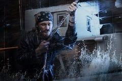 Cuerda de tracción del marinero en la tormenta Fotos de archivo libres de regalías