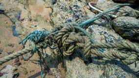 Cuerda del amarre atada en la playa de la arena foto de archivo libre de regalías