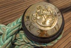 Cuerda del amarre atada en los bolardos de la nave de madera vieja Fotografía de archivo libre de regalías