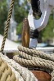 Cuerda del amarre atada en los bolardos de la nave de madera vieja Imagenes de archivo