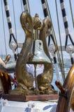 Cuerda del amarre atada en los bolardos de la nave de madera vieja Foto de archivo libre de regalías