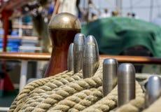Cuerda del amarre atada en los bolardos de la nave de madera vieja Fotos de archivo libres de regalías