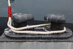Cuerda del amarre y un acento rojo Fotografía de archivo