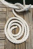 Cuerda del barco atada a un listón del embarcadero Imagen de archivo