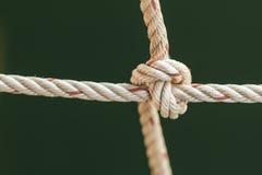 cuerda del barco de pesca con un nudo atado Imagen de archivo