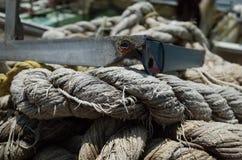 Cuerda del cáñamo atada en una soga en la tierra imágenes de archivo libres de regalías