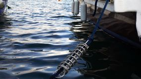 Cuerda del yate y la agua de mar almacen de video