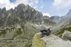 Cuerda dinámica, casco, mosquetones, arnés que sube y rasgo descendente en la roca en el valle de Tatra Foto de archivo