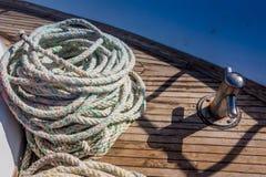 Cuerda en el yate viejo en muelle Imagen de archivo