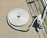 Cuerda en espiral del amarre del barco foto de archivo