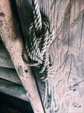 Cuerda en la puerta vieja imagen de archivo libre de regalías