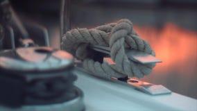 Cuerda en un yate de lujo almacen de video