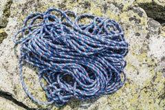 Cuerda en una roca Foto de archivo