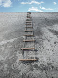 Cuerda-escalera en la pared del grunge delante del cielo Fotografía de archivo
