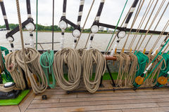 Cuerda gruesa del aparejo del buque de la nave en diversos formas y colores en un barco Fotos de archivo libres de regalías
