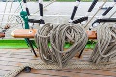Cuerda gruesa del aparejo del buque de la nave en diversos formas y colores en un barco Imagen de archivo libre de regalías