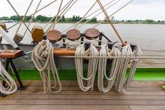 Cuerda gruesa del aparejo del buque de la nave en diversos formas y colores en un barco Imagenes de archivo