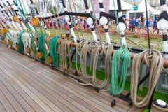 Cuerda gruesa del aparejo del buque de la nave en diversos formas y colores en un barco Imágenes de archivo libres de regalías