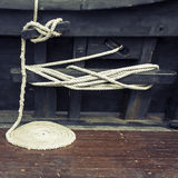 Cuerda marítima en espiral en cubierta de madera Imagenes de archivo