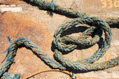 Cuerda náutica resistida en un embarcadero Fotografía de archivo