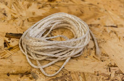 Cuerda para tender la ropa blanca en fondo del conglomerado imágenes de archivo libres de regalías