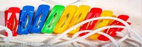 cuerda para tender la ropa con las pinzas coloreadas Clip plástico para sujetar Imagenes de archivo