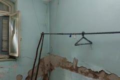 Cuerda para tender la ropa de expediente con las suspensiones oxidadas en sitio azul decaído fotografía de archivo