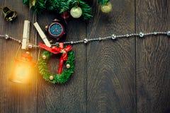 Cuerda para tender la ropa de la decoración, de la lámpara y de la joyería de la Navidad de la visión superior encendido Imagen de archivo libre de regalías