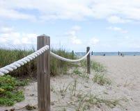 Cuerda que lleva a la playa Imagen de archivo