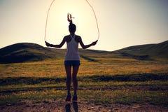 Cuerda que salta de la mujer en rastro del prado Fotografía de archivo libre de regalías