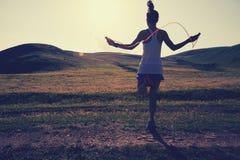 Cuerda que salta de la mujer en rastro del prado Fotografía de archivo