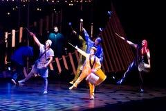 Cuerda que salta de los ejecutantes en la demostración 'Quidam' de Cirque du Soleil Fotos de archivo