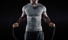 Cuerda que salta del hombre muscular Imagen de archivo libre de regalías