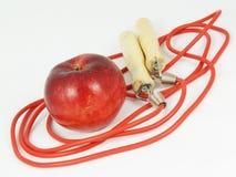 Cuerda que salta y manzana fotos de archivo libres de regalías