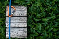 Cuerda que sube con un mosquetón Imagen de archivo