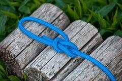 Cuerda que sube con un nudo de bolina Fotografía de archivo