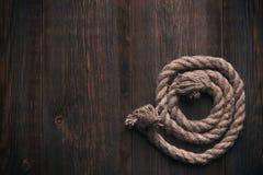 Cuerda torcida en un piso de madera Imágenes de archivo libres de regalías