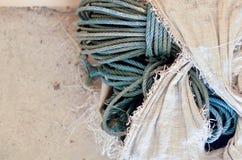 Cuerda verde en bolso quebrado Foto de archivo