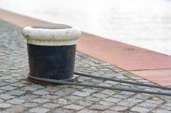 Cuerda y bolardo del amarre en el lago contra el río Fotos de archivo