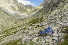 Cuerda y casco azules en el valle Fotografía de archivo