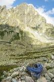 Cuerda y casco azules en el valle de Tatra Imagen de archivo