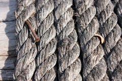 Cuerda y clavo oxidado viejo para el fondo Fotografía de archivo libre de regalías