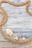 Cuerda y estrellas de mar marinas en los tableros blancos Fotos de archivo libres de regalías