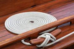 Cuerda y grapa en el yate Imagen de archivo libre de regalías